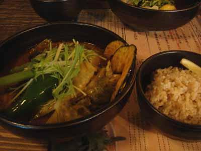 奥芝商店 厚切り角煮カレー エビスープ アボカド、キャベツトッピング 辛さ15番と玄米ご飯