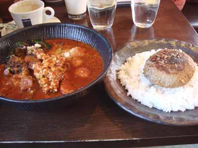 lavi HIRAGISHI エビ団子to豆腐ハンバーグのカレー シュリンプ風味 辛さ100番 ブロッコリー×2、パルメジャーノチーズ ごはんにハンバーグトッピング