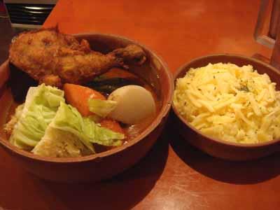 VOYAGE 五千年の旅スープ サクッとスパイスチキン 辛さ圏外 キャベツ MIXシュレッドチーズトッピングとごはん