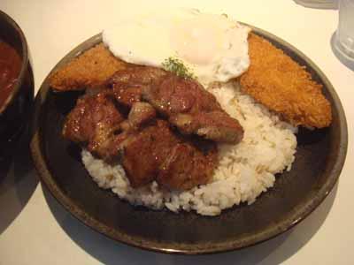 ひげ男爵 ラムステーキ(日替わり)辛さ150番 ごはんにフィッシュフライ、目玉焼きトッピング