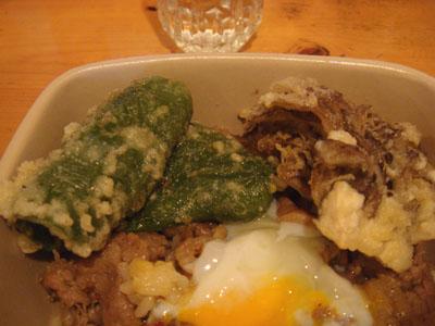 とら 牛丼+温玉、ピーマンの天ぷら、まいたけの天ぷら