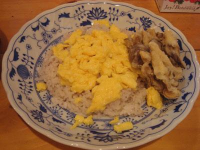 とら 十穀米+スクランブルエッグ、まいたけ天ぷら