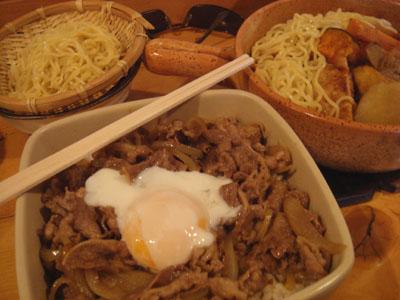 とら牛丼 温玉乗せ、なんこつつくねハンバーグ。スープに煮込み替え玉らうめん、鶏半分、野菜3種トッピング、替え玉らうめん