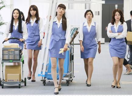 ショムニの制服で腕を組みながら歩く堀内敬子