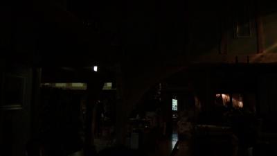 雷で停電になったレストラン