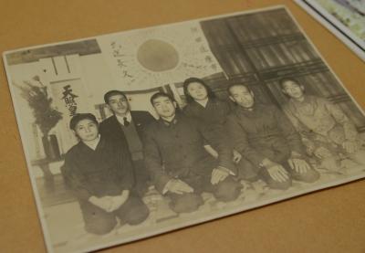 出兵前の家族写真。前方左から2人目がTさん