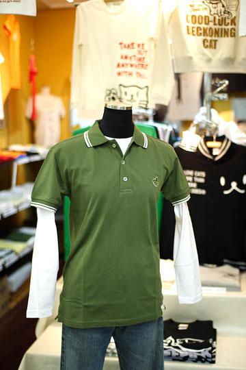 ポロシャツ:WNA(カーキ) × ロンT:ネコろびくす(ホワイト)