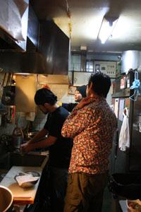 辛辛大名店の厨房にて