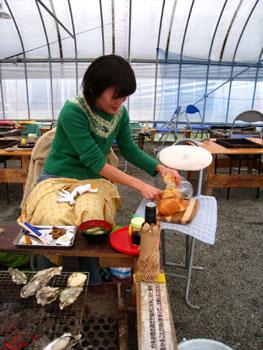 パンを切るtakakoさん