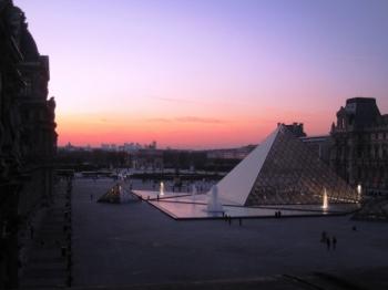 夕暮れ時のルーヴル美術館