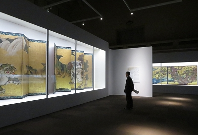 96110d176a701 つまりチラシにある狩野永徳「唐獅子図屛風」(宮内庁三の丸尚蔵館蔵)と国宝「檜図屏風」(東京国立博物館蔵)が一度に観られてしまうのです。会期中ずーーと。
