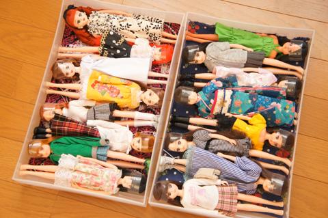 リカちゃんにピッタリな無印の収納ボックス。 じりじり買い足して収納してるけど・・、 その度にすぐいっぱいになっちゃう・・。
