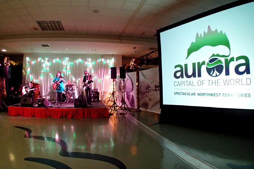 クリスマスに彩られるバンクーバーで「オーロラ首都」宣言