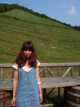 素敵なぶどう畑と素敵な奥様。