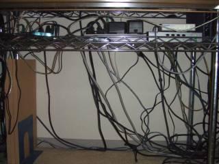 机の下に潜むスパゲティ