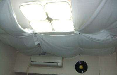 天井に張ってある防音用の布