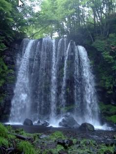 高さ15m、幅約10mの唐沢の滝は、 間近で見ることができてその迫力は息をのむほど。 初夏にはレンゲツツジ、秋には紅葉に彩られる。滝つぼ近くに立てば、マイナスイオンたっぷりの霧状な水しぶきがかかかって気持ちがよい。