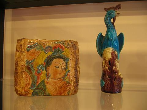 『敦煌』同じく景徳鎮製 裏には蓮の花が描かれている。これと同系列の湯のみ、プレートあり。かなり個性的。