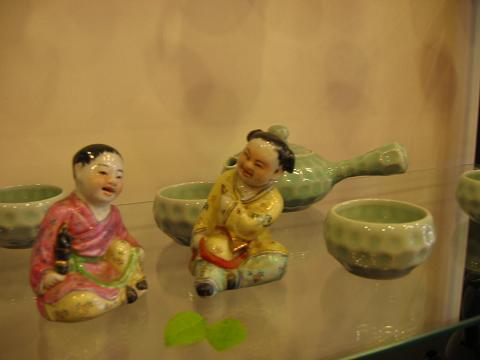 この子供たちは文革のころに国営工場で作られたもので、いまは製造されていない。骨董とはいえないが、味のある作品。