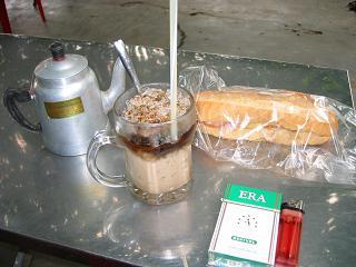 ベトナムでの朝食。パインミーとベトナムコーヒー