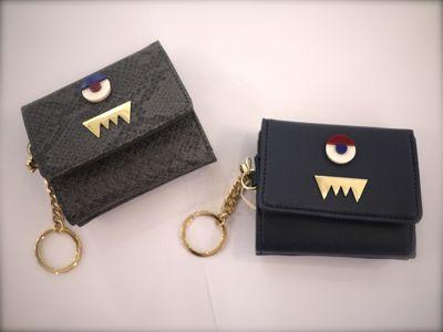 d68a28c98441 一つ持っていると便利なモンスター柄の二つ折り財布です!