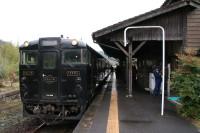 嘉例川駅に停車する「はやとの風」