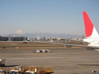 JALの翼の向こうに富士山が、羽田空港