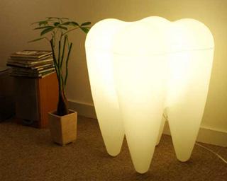 全体が白く発行する大臼歯型の間接照明、人間の子供ほどの大きさ、ずんぐりとしたデザインが特徴的