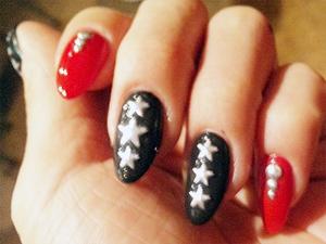 ブラック×レッド+星型スタッズネイル