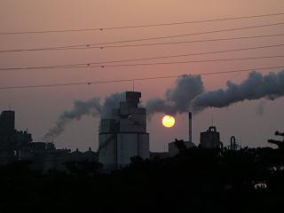 田原寮から見た新日化カーボンの工場と夕陽