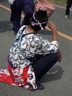 田原凧まつりで休憩する人