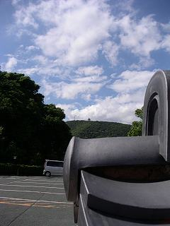 崋山神社の塀瓦とその後ろの蔵王山