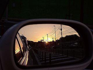 サイドミラーに写る夕陽