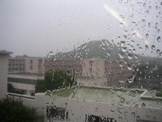 雨のガラス越しに見える笠山