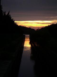 汐入橋から見える姫島と夕陽
