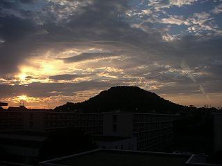 朝日が昇る笠山
