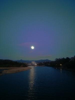 石巻山と豊川に満月