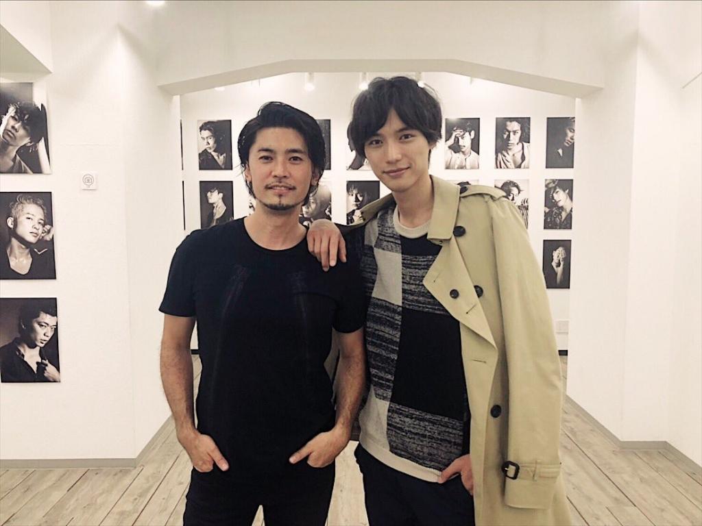 カレンダーや写真集を撮影した俳優福士蒼汰さんが荒木勇人の写真展「SESSION」に来てくださった時の2ショット写真