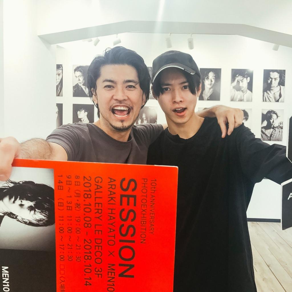 カレンダーや写真集を撮影した俳優山�賢人さんが荒木勇人の写真展「SESSION」に来てくださった時の2ショット写真