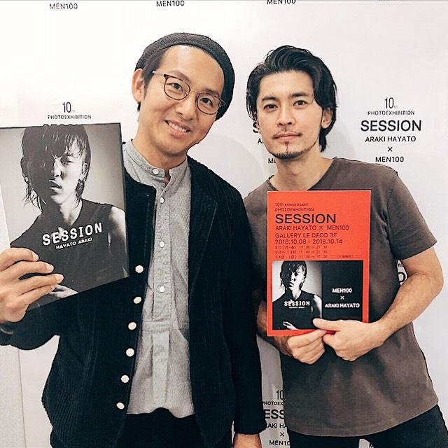 福士蒼汰さんの撮影でいつもお世話になっているヘアメイクの�橋幸一さんが荒木勇人の写真展「SESSION」に来てくださった時の2ショット写真