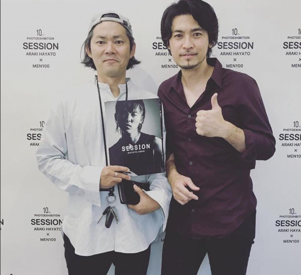 高崎翔太写真集でお世話になったスタイリストJOEさんが荒木勇人の写真展「SESSION」に来てくださった時の2ショット写真
