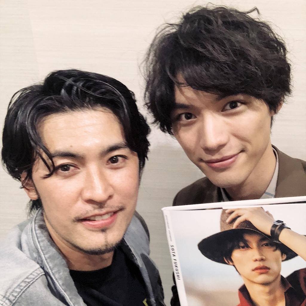 福士蒼汰の写真集「SOTAFUKUSHI」の発売記念トークイベントに荒木勇人が特別ゲスト出演した時の2ショット写真