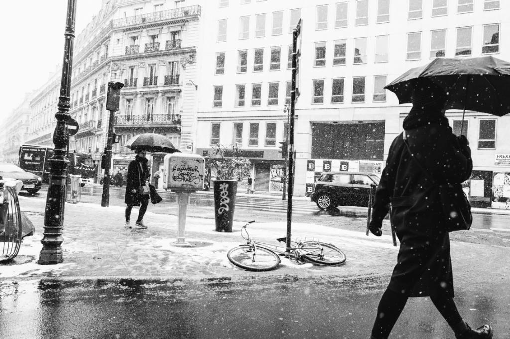 カメラマン荒木勇人がパリで撮った雪が降る街中の写真