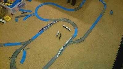 プラレールアドバンスのベーシックレールセットとターンアウトレールとクロスポイントレールを使ったレイアウト画像