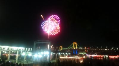 お台場レインボー花火を水上バス桟橋付近から見た画像