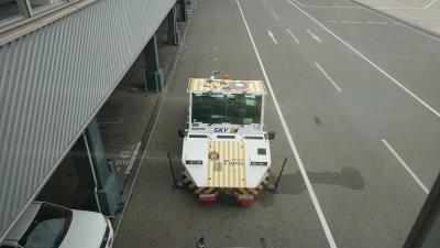 阪神デザインの空港作業車