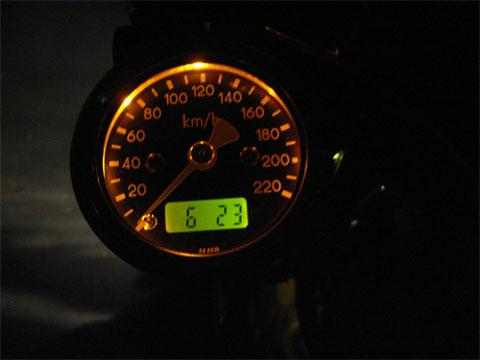スピードメーター内の時計表示はなかなか良いですよ。