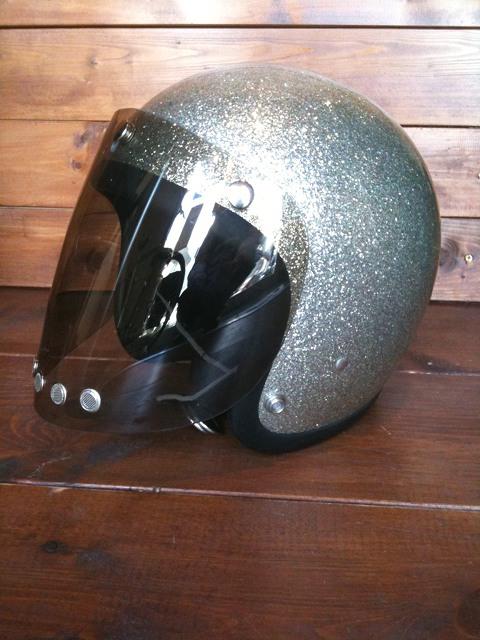 ヘルメットに装着するとこんな感じです。