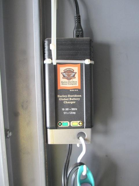 ハーレー純正のバッテリーチャージャーもお付けします。