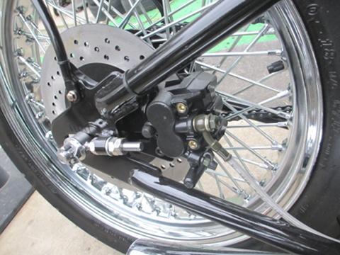 リアブレーキのキャリパーはフレーム内にシンプルにおさめられています。